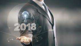 2018 com conceito do homem de negócios do holograma do bulbo