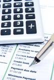 Com cuidado verific a indicação do cartão de crédito. Fotos de Stock Royalty Free