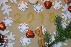 2018 com decoração do Natal conceito do ano novo e do Natal o ouro figura 2018 no fundo dos flocos de neve Imagem de Stock Royalty Free