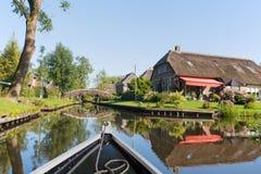 Com o barco na vila holandesa Fotos de Stock