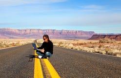 Com o computador na estrada Imagens de Stock