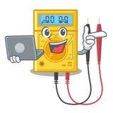 Com o multímetro digital do portátil no armário da mascote ilustração do vetor