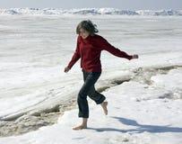 Com os pés descalços em uma neve Fotografia de Stock Royalty Free