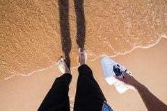 Com os pés descalços na água Fotos de Stock Royalty Free
