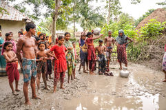 Com os pés descalços na lama em Bangladesh Fotografia de Stock