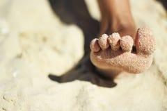 Com os pés descalços na praia Fotografia de Stock