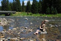 Com os pés descalços no rio do Gallatin Fotografia de Stock