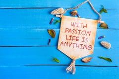 Com paixão a vida é qualquer coisa texto no rolo de papel fotos de stock royalty free