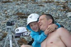 Com seu filho com um pai da câmara de vídeo Fotos de Stock