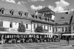 Coma afuera en una terraza del restaurante en Sibiu Foto de archivo libre de regalías