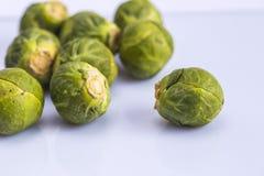 Coma as couves de Bruxelas vegetais da couve saudável Foto de Stock Royalty Free