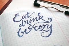 Coma, bebida e seja fundo caligráfico acolhedor Foto de Stock
