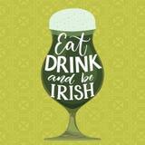 Coma, bebida e seja irlandês Dizer engraçado do dia do ` s do St Partick Entregue a rotulação no vidro de cerveja verde no fundo  ilustração royalty free