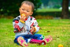 Coma la fruta es conducente al crecimiento del bebé Foto de archivo libre de regalías