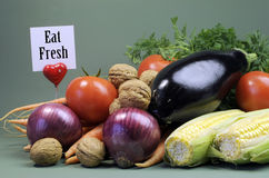 Coma la muestra fresca del mensaje con la comida vegetariana cruda fresca foto de archivo libre de regalías