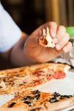 Coma la pizza Foto de archivo libre de regalías