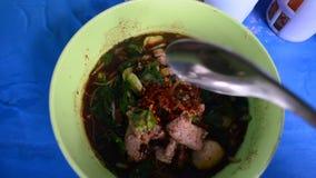 Coma la sopa de fideos tailandesa almacen de video