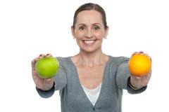 Coma las frutas frescas sanas y permanezca el ajuste imágenes de archivo libres de regalías