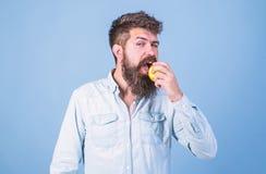Coma a maçã pode ajudar uns mais baixos níveis do açúcar no sangue e protegê-los contra o diabetes Coma saudável Homem com a maçã imagem de stock