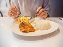 Coma o almoço com menu do molho de peixes do frango frito foto de stock