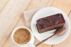 Coma o bolo de chocolate com café em uma estadia de relaxamento Imagens de Stock