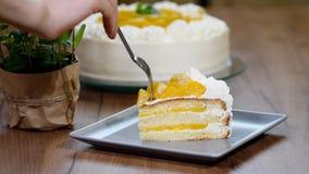 Coma um bolo doce da parte com pêssegos filme