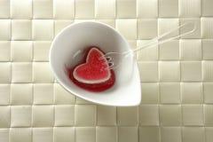 Coma um coração sangrento da morango da geléia imagem de stock