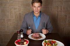 Coma un filete de carne de vaca Foto de archivo libre de regalías