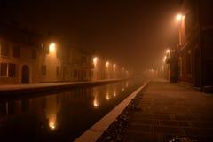 Comacchio, Италия Взгляд ночи канала Туман зимы Стоковая Фотография RF