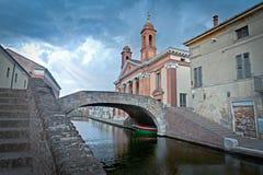 Comacchio, brug meer dan één van kenmerkende kanalen Royalty-vrije Stock Foto's