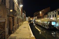 Comacchio, Ferrara, Italia Opinión de la noche de un canal Imagen de archivo