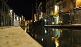 Comacchio, Ferrara, Italia Opinión de la noche de un canal Fotos de archivo libres de regalías