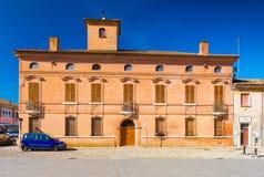 Comacchio, Italia: Vista del edificio histórico viejo hecho de ladrillo rojo en el centro histórico de Comacchio fotos de archivo