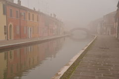 Comacchio, kanału most w zimie Ferrara, Emilia Romagna, Włochy Zdjęcia Royalty Free