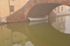 Comacchio, kanaalbrug in de winter Ferrara, Emilia Romagna, Italië stock afbeeldingen