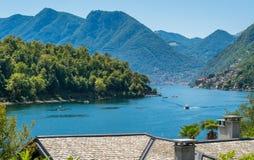 Comacina海岛如被看见从奥苏乔,科莫湖的,伦巴第,意大利 免版税图库摄影