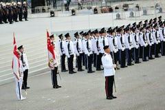 Comandante del desfile que se coloca elegante con los contingentes del guardia-de-honor durante el ensayo 2013 del desfile del día Foto de archivo libre de regalías
