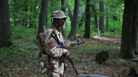 Comandante del pelotón de los guerreros de la guerrilla que da instrucciones sus combatientes en los arbustos del bosque almacen de metraje de vídeo