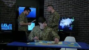 Comande especialistas da TI, instrução, discutindo a estratégia da batalha filme
