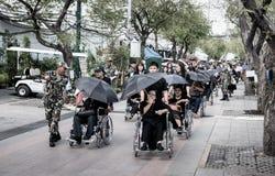 Comandi all'anziano di aiuto sulla sedia a rotelle alle devozioni per il funerale di Ki immagini stock libere da diritti