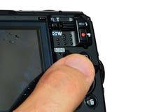 Comandi del pannello posteriore 4K sulla macchina fotografica compatta digitale impermeabile capace moderna, fondo bianco fotografie stock libere da diritti