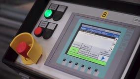 Comandi di tocco della macchina di CNC Pannello a distanza della macchina della stampa con il bottone rosso clip Mano del lavorat archivi video