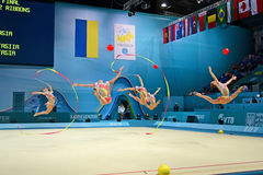 Comando durante o competiam, Kiev da ginasta do russo, Fotografia de Stock Royalty Free