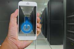 Comando remoto del teléfono elegante al centro de datos Fotos de archivo