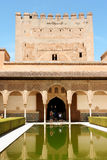 Comares står hög och borggården av myrtarna Arkivbild