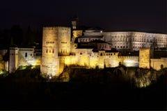 Comares torn av Alhambraen i Granda, Spanien på natten Arkivfoton