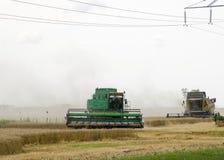 Combain在麦子庄稼收集 在领域的农机 库存照片