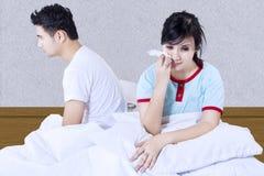 Combat asiatique de couples à la chambre à coucher Images stock