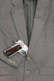 Combat d'affaires Pistolet semi-automatique dans des costumes Image libre de droits