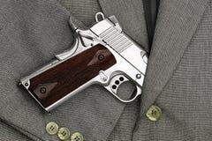 Combat d'affaires Pistolet semi-automatique dans des costumes, pistolet 45 Image libre de droits